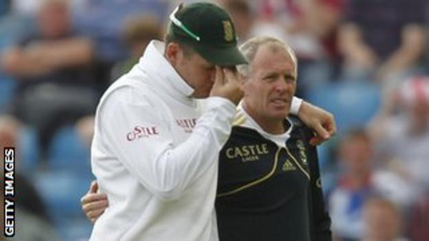 Graeme Smith leaves the field