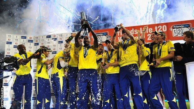 Dmitri Mascharenas lifts the FL t20 trophy