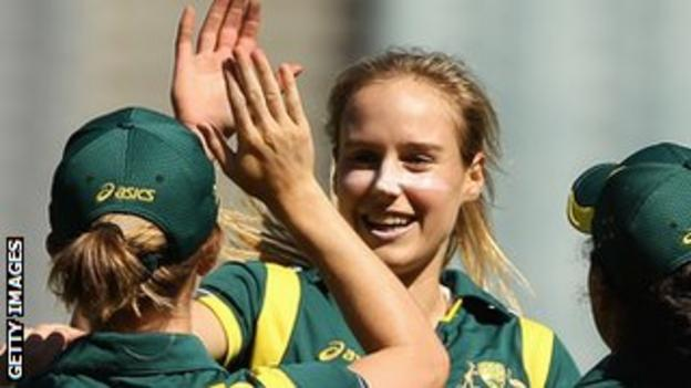 Ellyse Perry (centre)