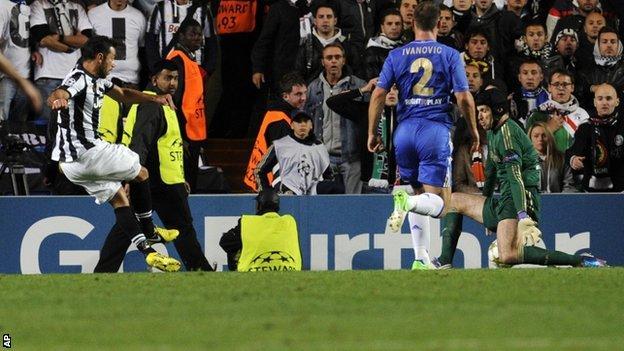 Juventus' Fabio Quagliarella scores pass Chelsea's goalkeeper Petr Cech
