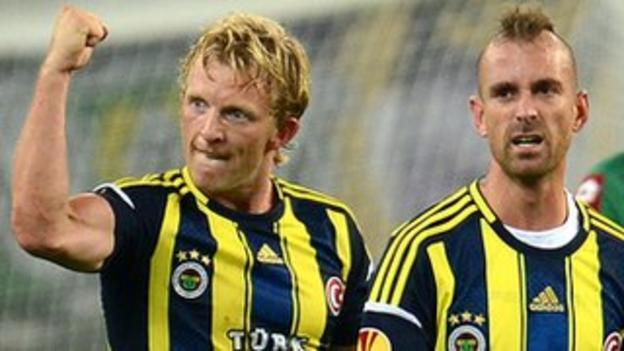 Fenerbahce goalscorers Raul Meireles and Dirk Kuyt