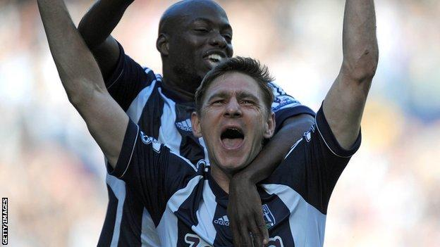 Zoltan Gera and Youssouf Mulumbu celebrate