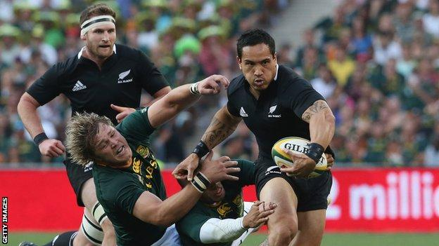 Hosea Gear of the All Blacks moves past Bryan Habana and Duane Vermeulen