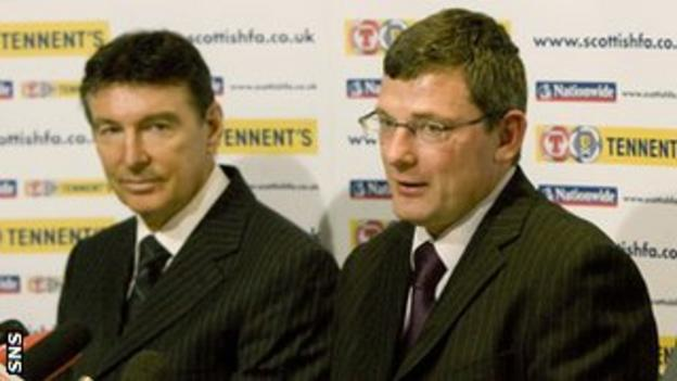 Gordon Smith introduces Craig Levein to the media in 2009