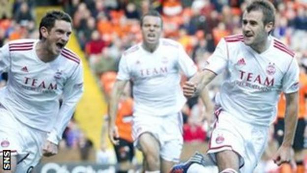 Scott Vernon and Gavin Rae rush to congratulate Aberdeen goalscorer Niall McGinn