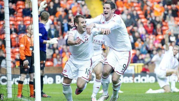 Scott Vernon congratulates Niall McGinn on his equaliser for Aberdeen