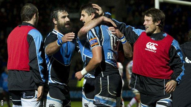 Glasgow celebrate the try by Peter Murchie (centre)