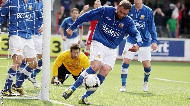 Gary Hamilton in action for Glenavon against Cliftonville