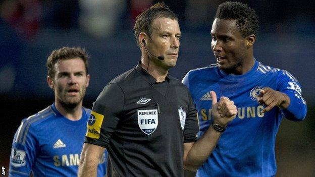 Chelsea's Jon Mikel Obi (l) complains to referee Mark Clattenburg