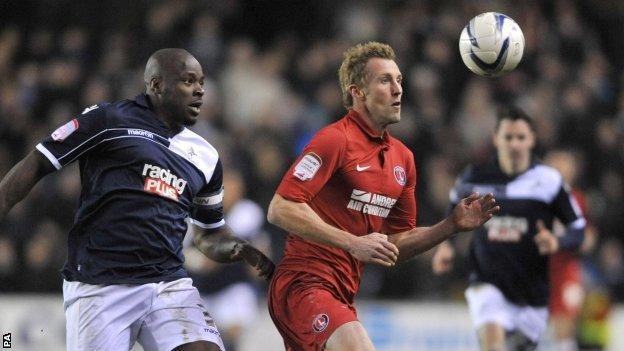 Millwall's Danny Shittu (l) challenges Charlton's Rob Hulse