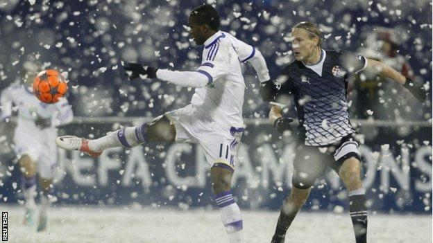Ideye Brown (L) of Dynamo Kyiv challenges Domagoj Vida of Dinamo Zagreb