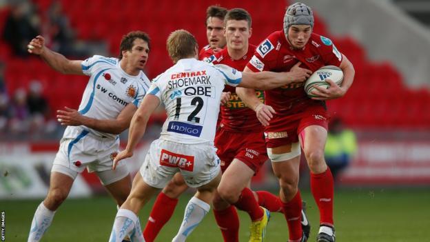 Jonathan Davies make a break for the Scarlets