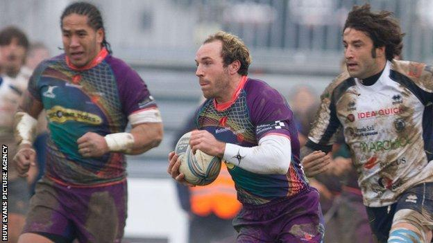 Will Harries makes a break for the Dragons