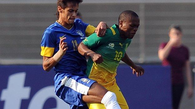 Thulani Serero (right)