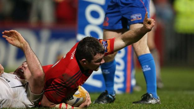 Peter O'Mahony crosses over for Munster's third try