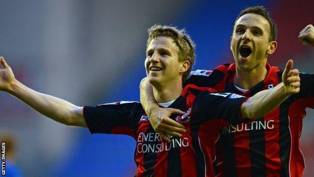 Euan O'Kane (l) celebrates with Marc Pugh