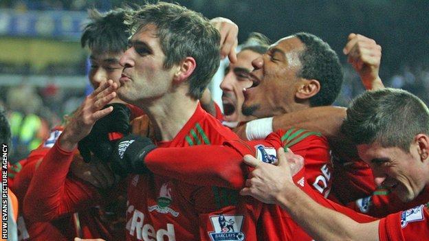 Swansea celebrate at Chelsea