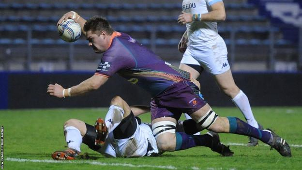Lewis Evans goes over for a try