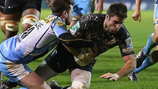 Johnnie Beattie crashes over for Montpellier despite the attentions of Danny Cipriani