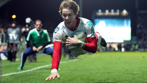 Liam Williams dives over for a superb try to keep Scarlets in touch of Leinster at the break in their Heineken Cup match in Dublin