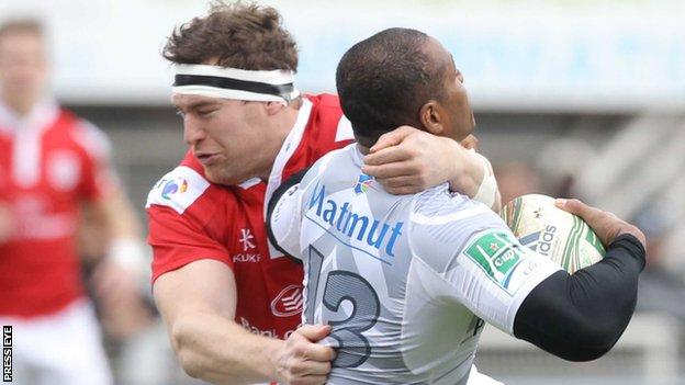 Neil McComb battles with Seremaia Bai in Castres