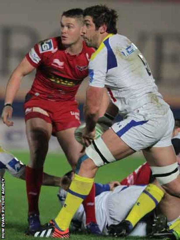 Clermont Auvergne's Nathan Hines acts as scrum-half