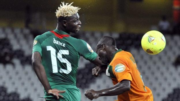Burkina Faso's Aristide Bance (L) and Zambia midfielder Isaac Chansa
