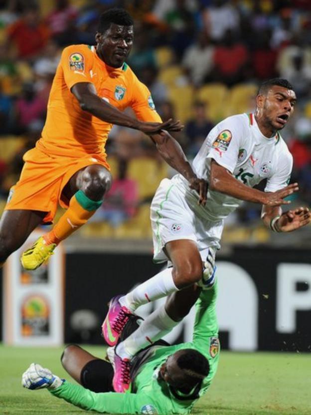 Algeria forward Hilal Soudani (R) challenges Ivory Coast defender Igor Lolo and Ivorian goalkeeper Daniel Yeboah