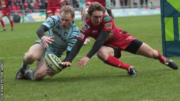 Leicester's Scott Hamilton and Nic Reynolds of Scarlets compete for the ball