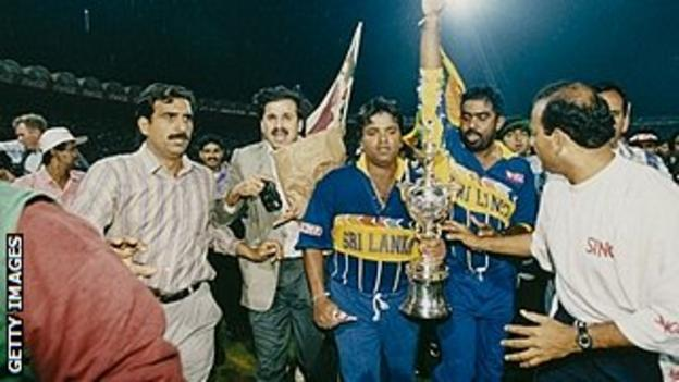 Arjuna Ranatunga lifts the 1996 World Cup