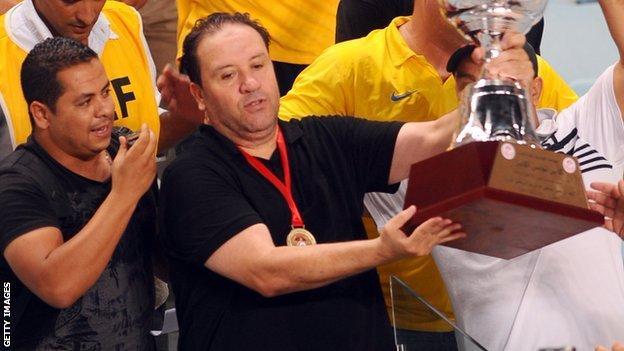 Nabil Maaloul (C) holds the Tunisian cup aloft