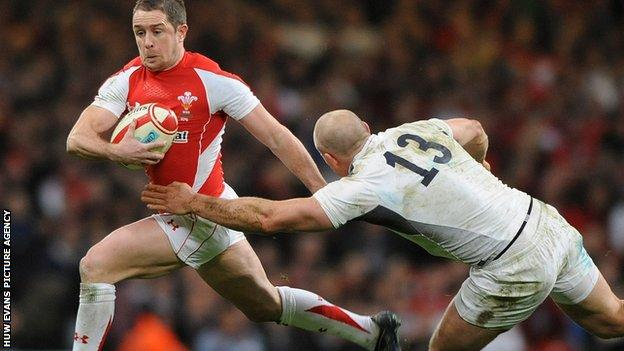 Shane Williams racing away from England centre Mike Tindall during the 2011 Six Nations