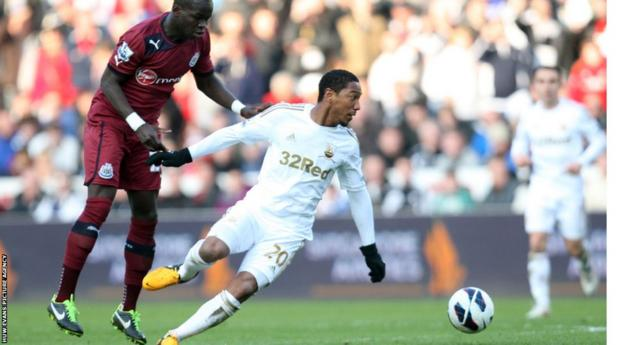 Swansea's Jonathan De Guzman retains possession