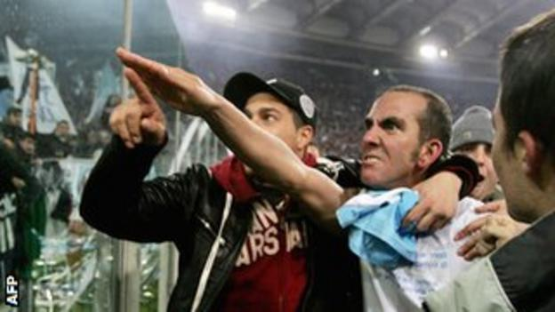 Di Canio saluting the Lazio fans during the derby with Roma in 2005