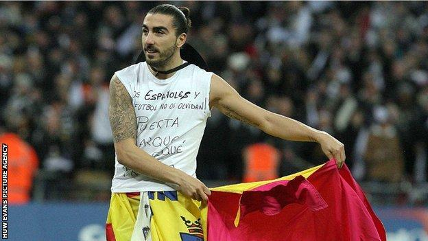 Chico Flores impersonates a bullfighter