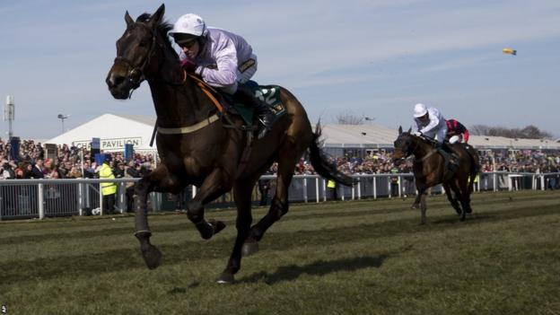 Solwhit ridden by Paul Carberry (left)