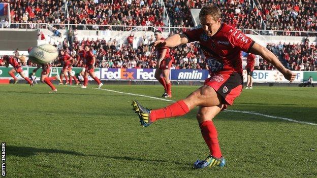 Jonny Wilkinson lands one of his six successful penalty kicks