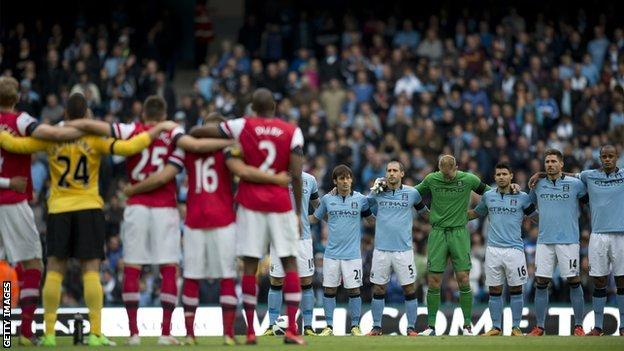 Arsenal and Manchester City players hold a minute's silence