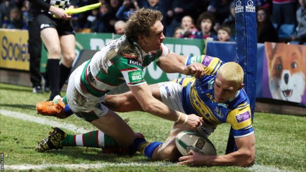 Ryan Hall holds off Brett Hodgson to score for Leeds against Warrington