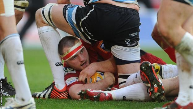 Hooker Ken Owens crosses for the opening try in Scarlets' home Pro12 game against leaders Glasgow.