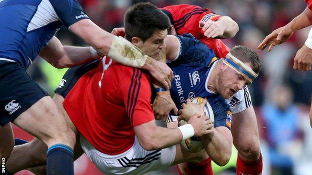 Conor Murray tackles Jamie Heaslip
