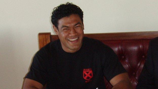 Latu Makaafi signing for Jersey in 2006