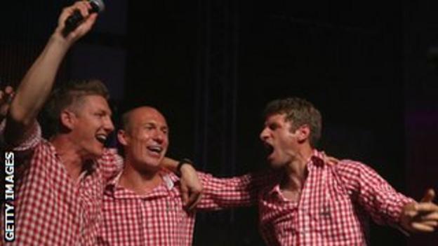 Midfielder Bastian Schweinsteiger, Dutch midfielder Arjen Robben and midfielder Thomas Mueller celebrate Bayern Munich's title win