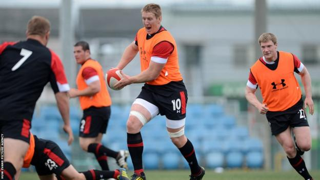 Is Wales captain Bradley Davies about to pass or dummy?