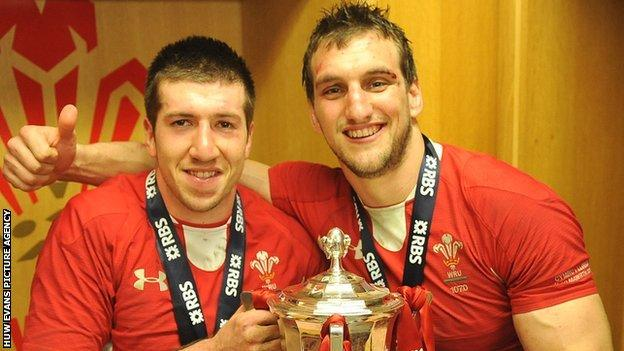 Justin Tipuric and Sam Warburton celebrate Wales' 2013 Six Nations title