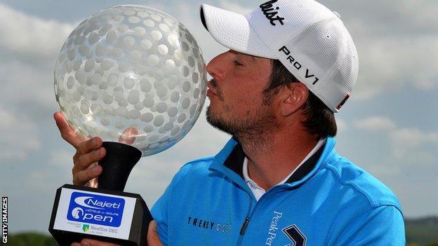 Simon Thornton celebrates winning the Saint Omer title