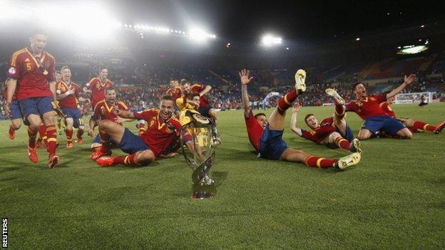 Spain celebrate retaining their U21 title