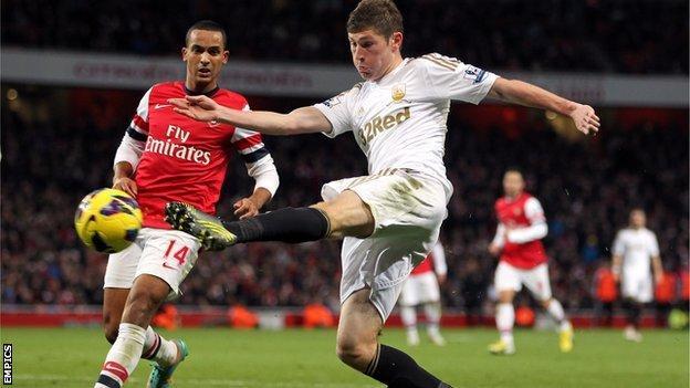 Ben Davies challenges Theo Walcott