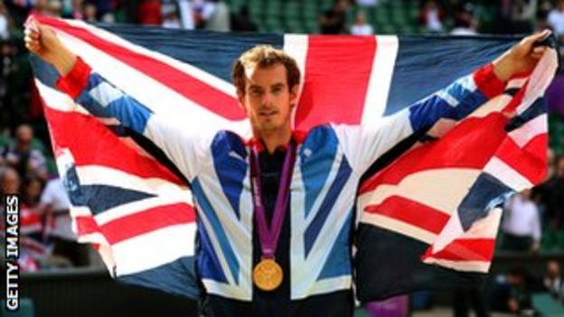 Murray poses with Olympic gold medal
