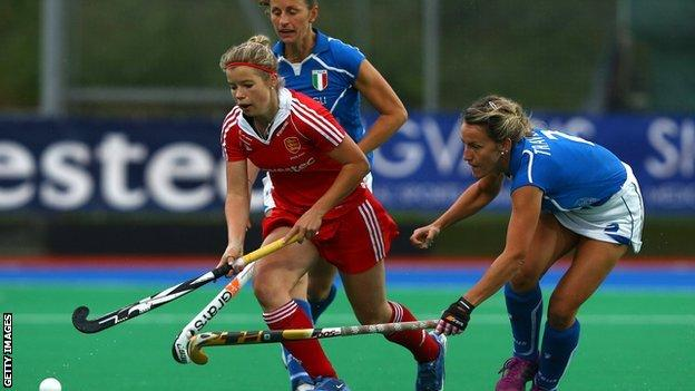 Sophie Bray (L) of England battles with Celina Traverso of Italy